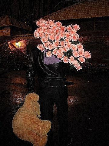 Фото мужик дарит цветы девушке