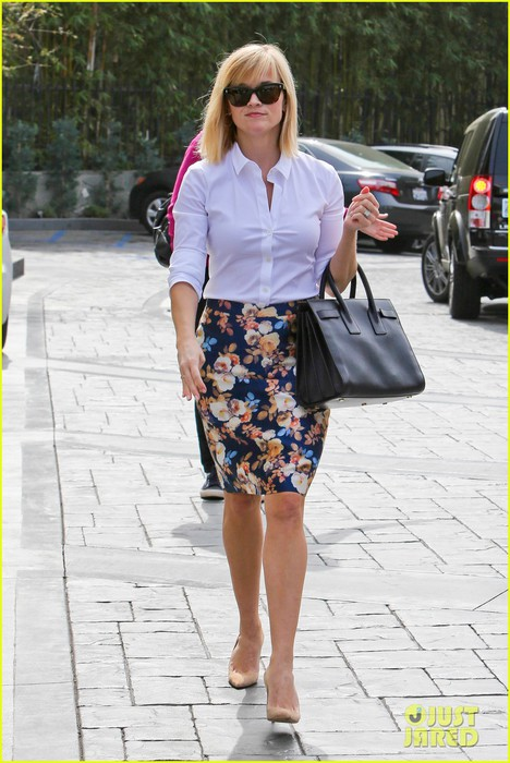 reese-witherspoon-embraces-warm-la-weather-after-week-in-new-york-01 (468x700, 97Kb)