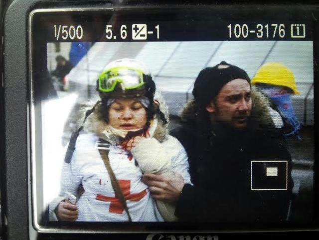 Снайпер на Майдане осуществляет беспорядочную стрельбу в толпу. В шею ранена молодая девушка-волонтер (640x481, 221Kb)