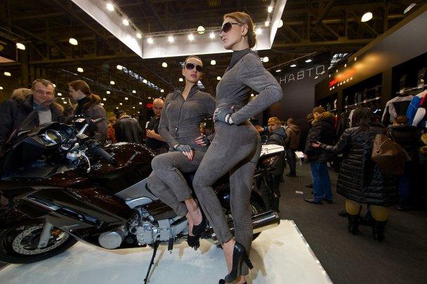 Спортивные мотоциклы и девушки: шарм, красота, грация.