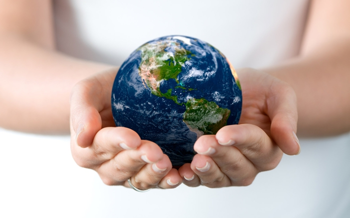 earth_on_hand_wallpaper (700x437, 136Kb)