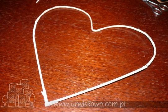 Сердце из газетных трубочек с бумажными розочками. Мастер-класс (11) (540x360, 169Kb)