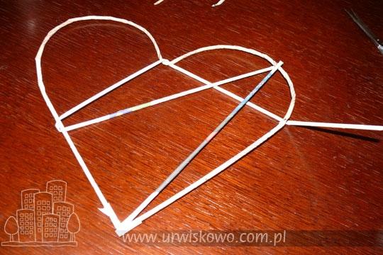 Сердце из газетных трубочек с бумажными розочками. Мастер-класс (13) (540x360, 179Kb)