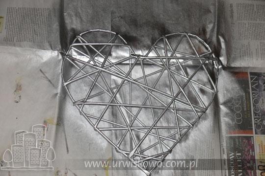 Сердце из газетных трубочек с бумажными розочками. Мастер-класс (25) (540x360, 129Kb)
