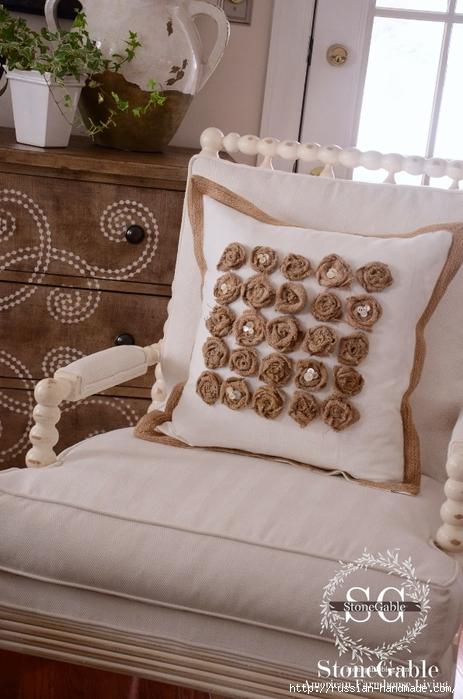 Подушка с розочками из мешковины (6) (463x700, 246Kb)
