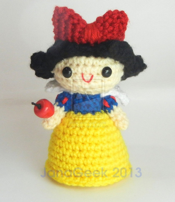 snow_white_crochet_doll_with_apple_by_janageek-d6uu5cs (608x700, 235Kb)