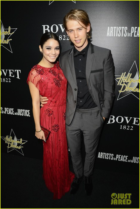 vanessa-hudgens-gives-austin-butler-a-look-of-love-at-pre-oscars-gala-05 (470x700, 81Kb)