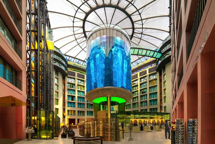 гигантский аквариум в берлинском отеле Radisson SAS Hotel (700x468, 537Kb)