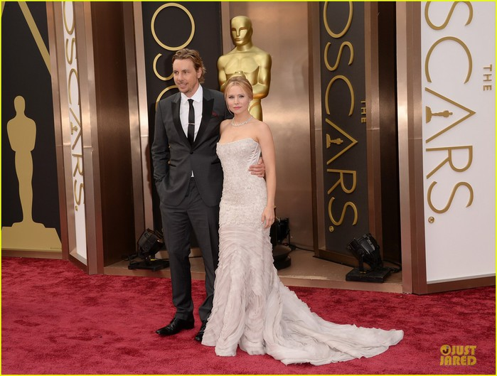 kristen-bell-brings-burrito-on-oscars-2014-red-carpet-with-dax-shepard-01 (700x529, 94Kb)
