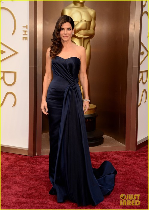 sandra-bullock-gravitates-to-the-oscars-2014-red-carpet-04 (496x700, 76Kb)