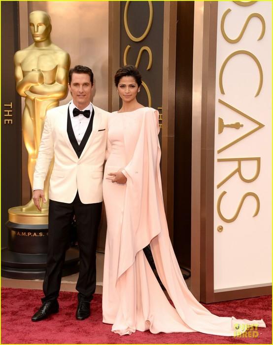 matthew-mcconaughey-camila-alves-matching-couple-on-oscars-2014-red-carpet-05 (554x700, 88Kb)