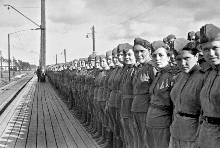 Девушки-снайперы перед отправкой на фронт. 1943 г.