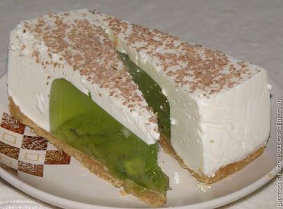 Торт без выпечки с начинкой из желе с киви