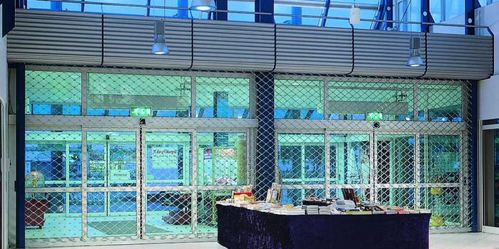 Рулонные решетки: новый стиль в дизайне торговых комплексов.