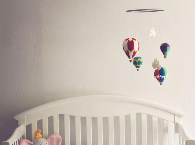 Детский мобиль из фетровых воздушных шаров