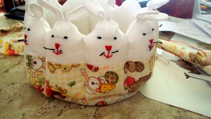 Текстильная корзинка из пасхальных зайцев. Мастер-класс (35) (700x393, 322Kb)