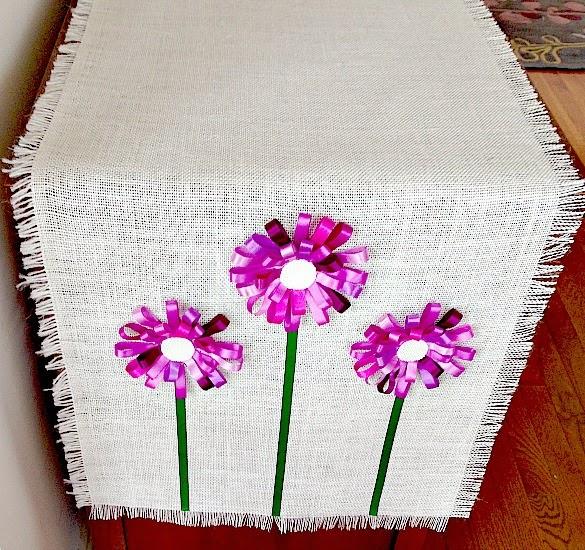 Салфетка из мешковины с цветами из ленточек (1) (585x550, 453Kb)