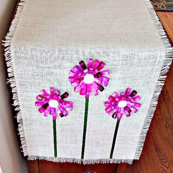 Салфетка из мешковины с цветами из ленточек (11) (550x550, 470Kb)