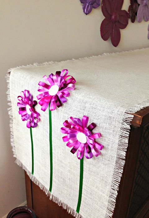 Салфетка из мешковины с цветами из ленточек (14) (479x700, 391Kb)