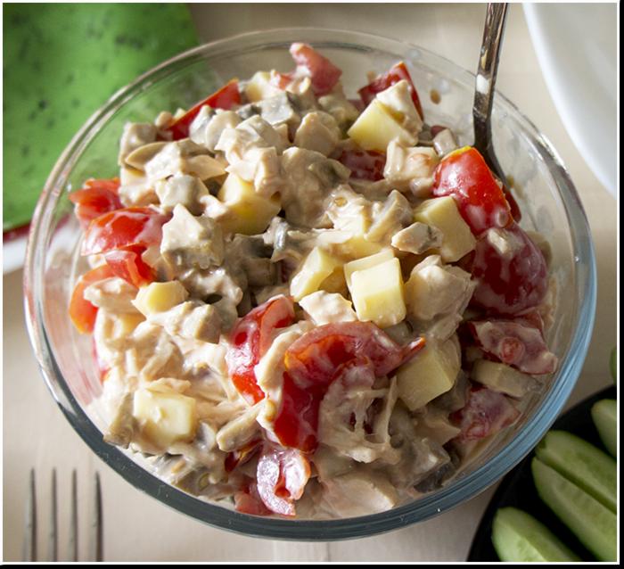 праздничный куриный салат с помидорами и грибами рецепт