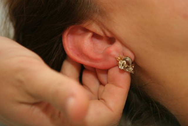 фото шарик в мочке уха
