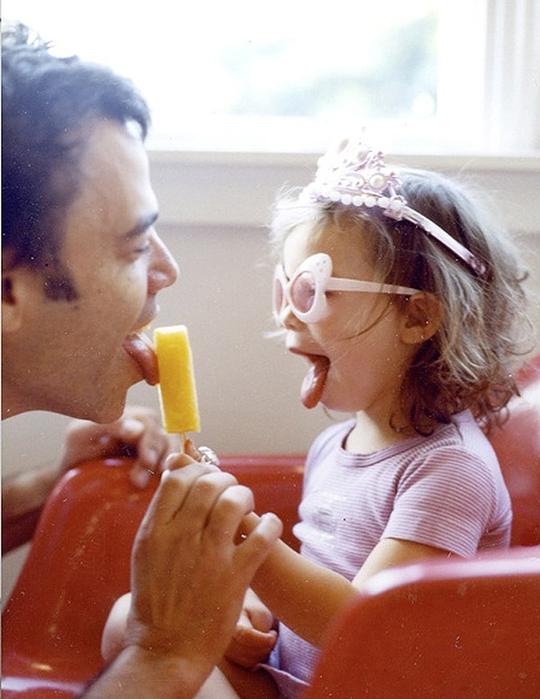 дочка уронила мороженое на папин член