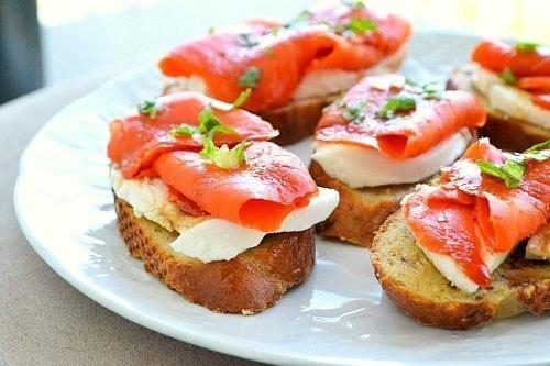 Бутерброд с лососем и моцареллой