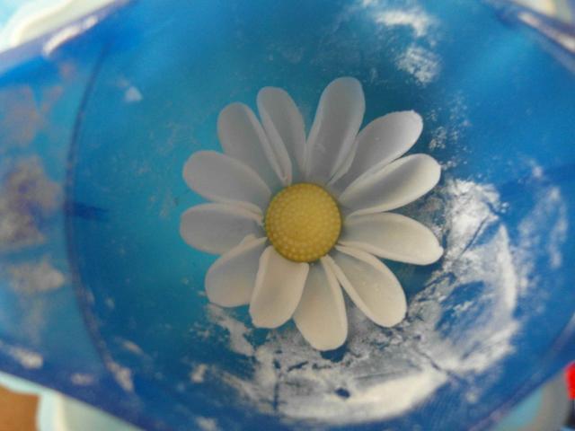 Ромашки из сахарной мастики. Фото мастер-класс (7) (640x480, 195Kb)