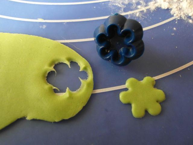 Ромашки из сахарной мастики. Фото мастер-класс (8) (640x480, 159Kb)