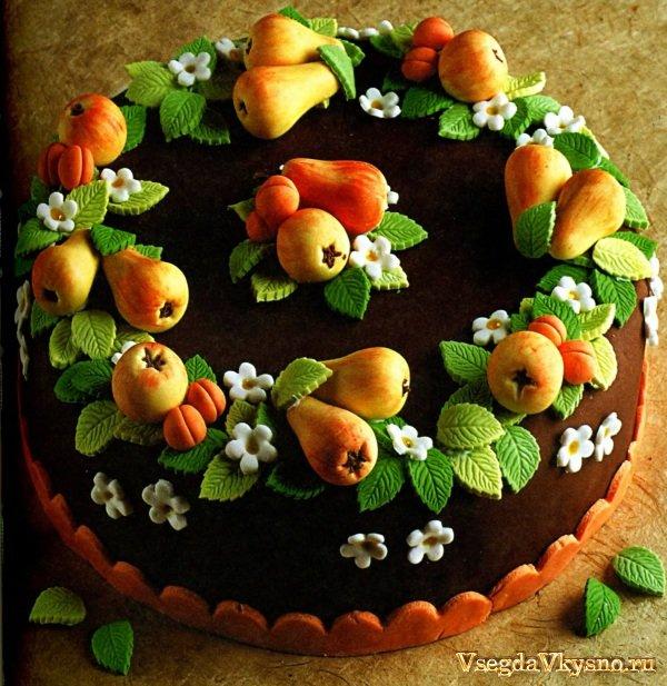 Шоколадный бисквитный торт с фруктами