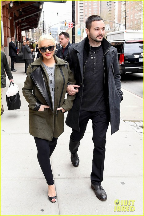 christina-aguilera-shares-adorable-baby-bump-pic-her-baby-loves-nyc-01 (468x700, 97Kb)