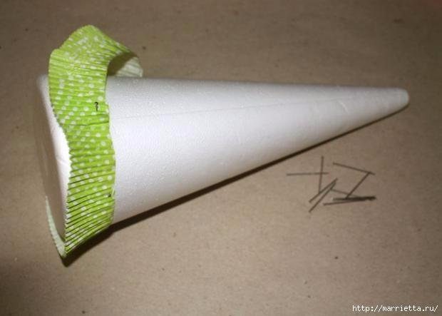 Новогоднее применение бумажных стаканчиков для кексов (19) (620x443, 88Kb)