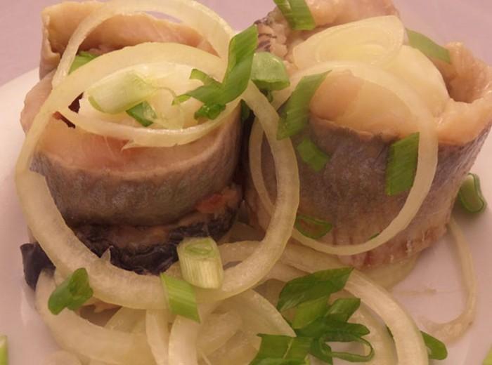 Селедка слабосоленая, замаринованная с луком и подсолнечным маслом