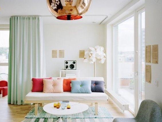 Разделяем пространство в интерьере с помощью декоративных перегородок.