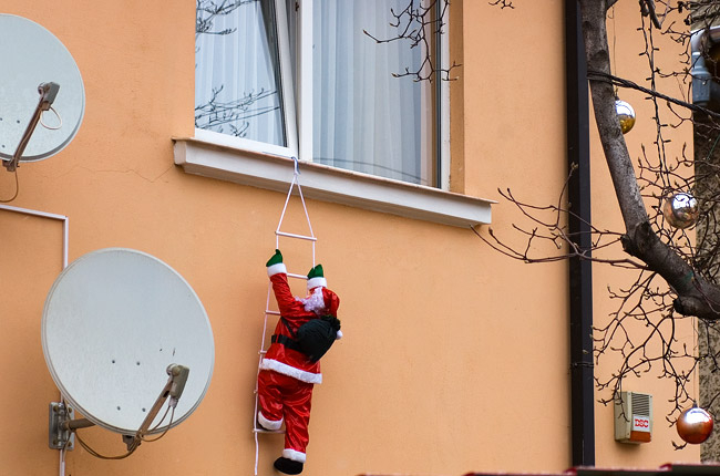 christmas_decoration_window_hanger_santa_climbing_ladder_seen_in_Bucharest_Romania (650x430, 213Kb)