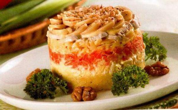 Салат с маринованными грибами курицей и огурцом