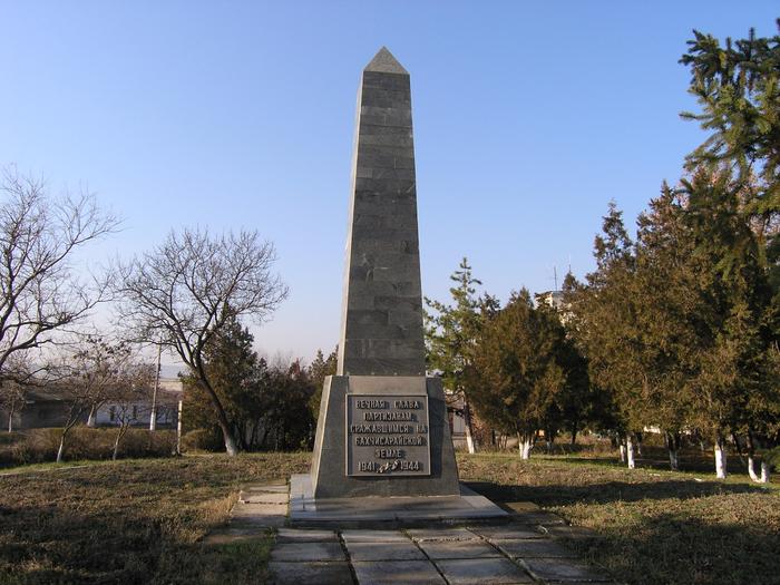 Памятник бахчисарайским партизанам (Бахчисарай) 1 (700x525, 506Kb)