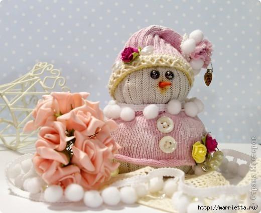 Очень симпатичный снеговичок из носков (2) (520x425, 121Kb)