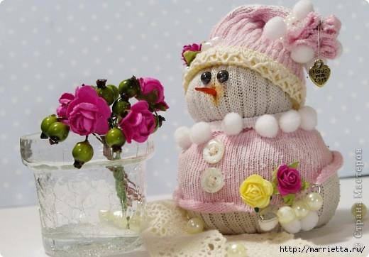 Очень симпатичный снеговичок из носков (4) (520x362, 111Kb)