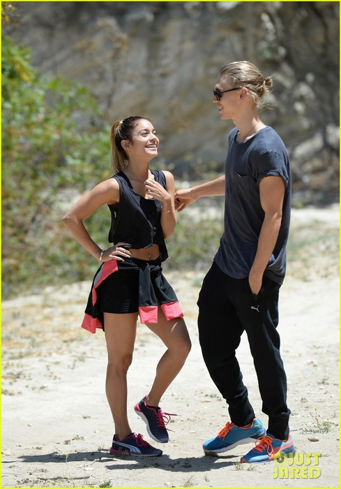 vanessa-hudgens-austin-butler-laughs-hike-together-04 (489x700, 88Kb)
