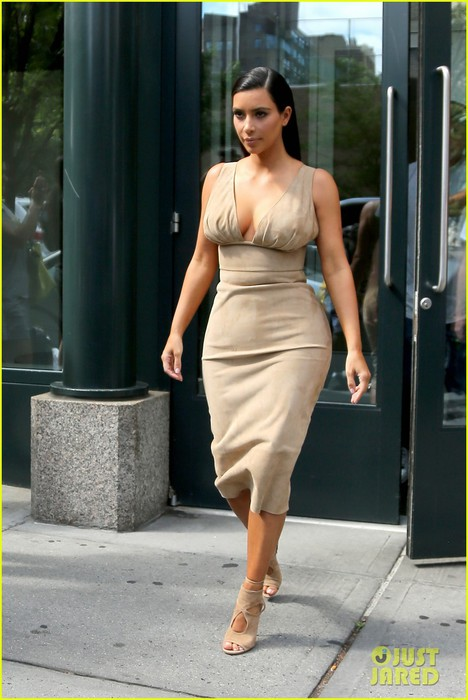 kim-kardashian-leaves-her-blonde-wig-at-home-01 (468x700, 81Kb)