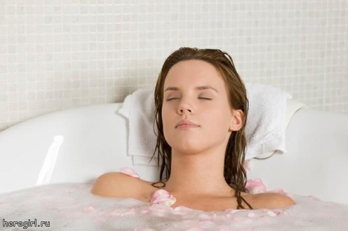 Девушка в ванной обливает себя маслом 6 фотография