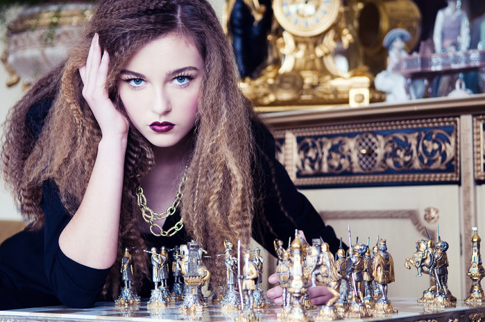 beautiful-girl-playing-chess (700x464, 194Kb)