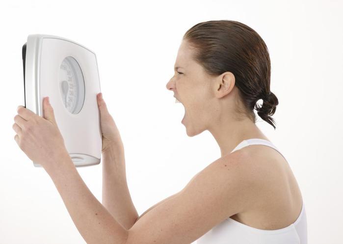 девушка-злиться-на-весы (700x498, 21Kb)