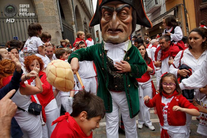 фиеста Сан-Фермин 2014 испания фото 7 (700x466, 504Kb)