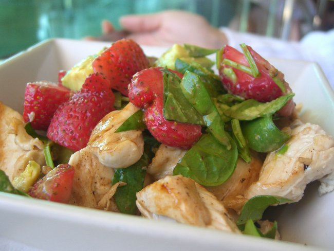 3726595_772_1_chicken_avocado_strawberry_salad (650x488, 55Kb)