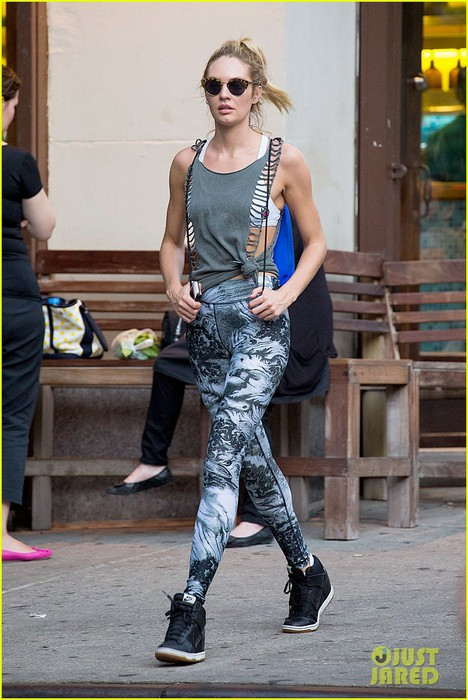 candice-swanepoel-has-the-most-chic-gym-outfit-07 (468x700, 99Kb)