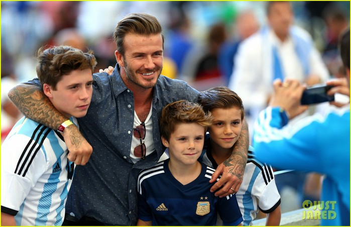 david-beckham-all-his-sons-pose-for-the-most-adorable-family-picture-at-world-cup-2014-01 (700x452, 88Kb)