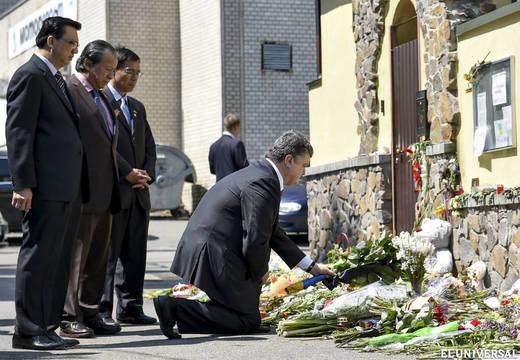 Порошенко принес цветы к посольствам Нидерландов и Малайзии (520x360, 47Kb)