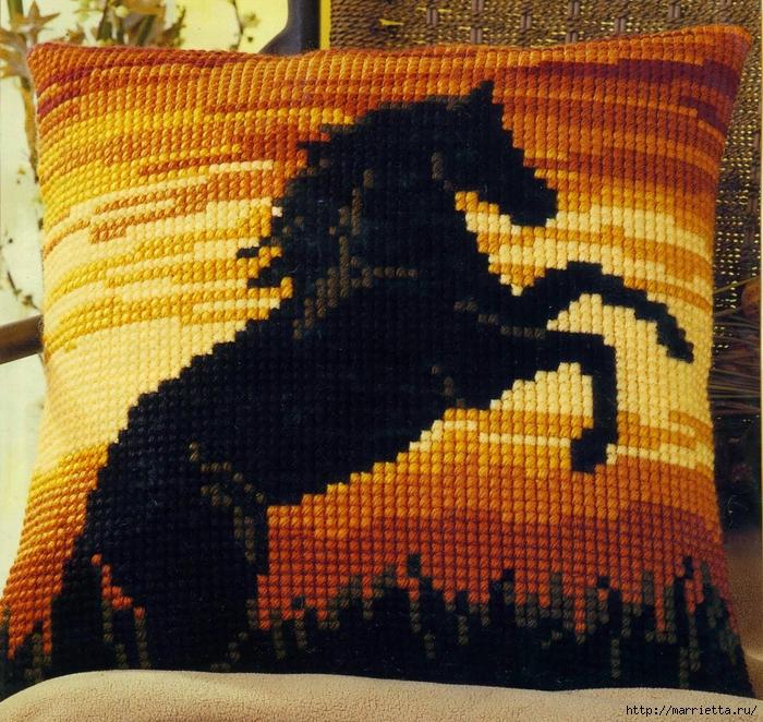 Черная лошадь на подушке. Вышивка (1) (700x662, 477Kb)